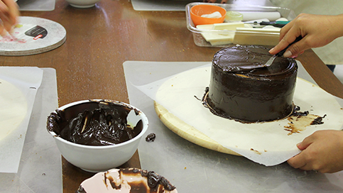 how-to-cover-a-cake-with-chocolate