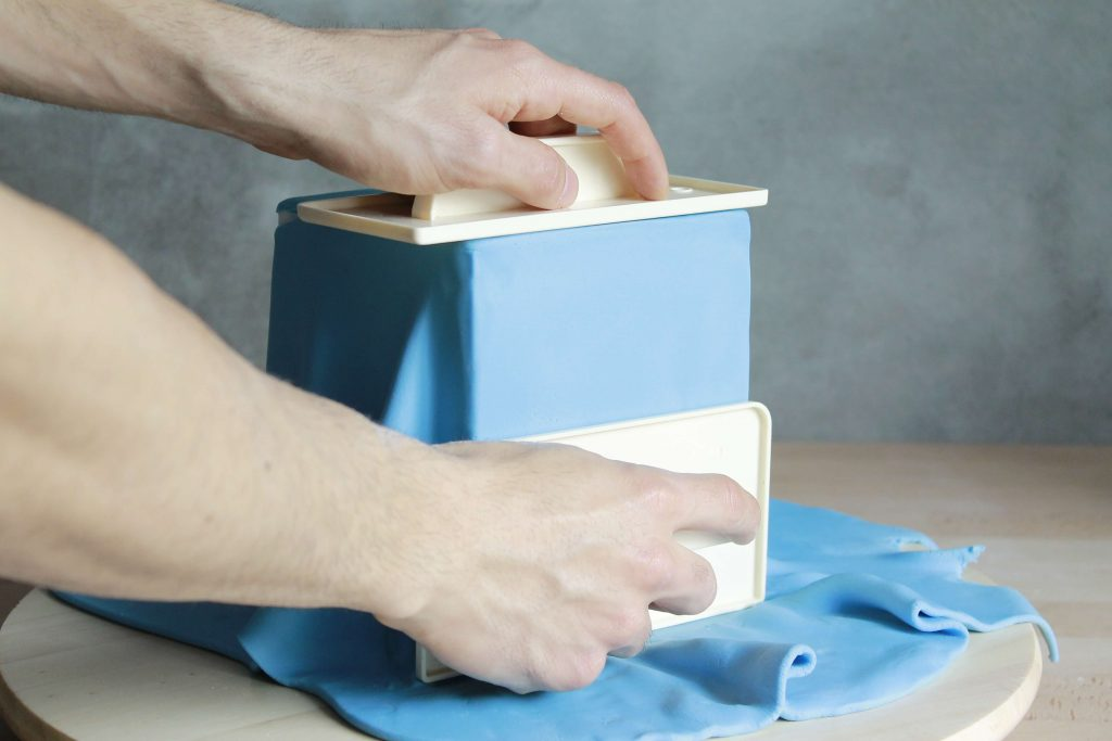 How to cover square cakes with fondant. Tutorial